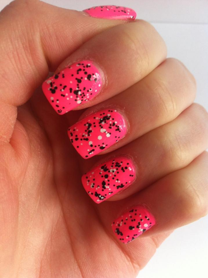 Nail polish, particularly darker colors, may stain your fingernails or toenails and leave them yellowed and discolored. So this doesn't happen, apply a base coat as a protective layer so that the dark color doesn't stain in the first place.