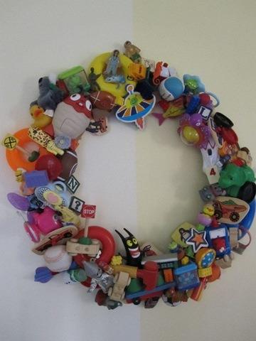 http://www.infarrantlycreative.net/happy-meal-toy-wreath/