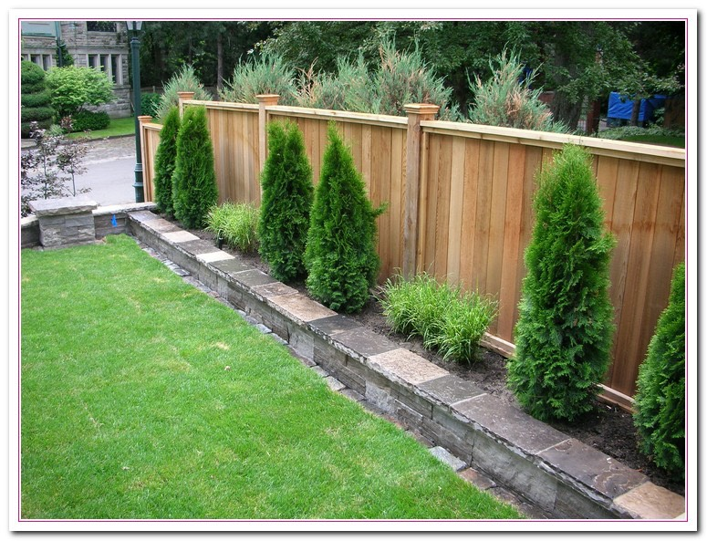 TRANSFORM YOUR FEEBLE FENCE INTO A FUNKY FENCE WITH THIS FAB DIY FENCE DECOR TIP!!