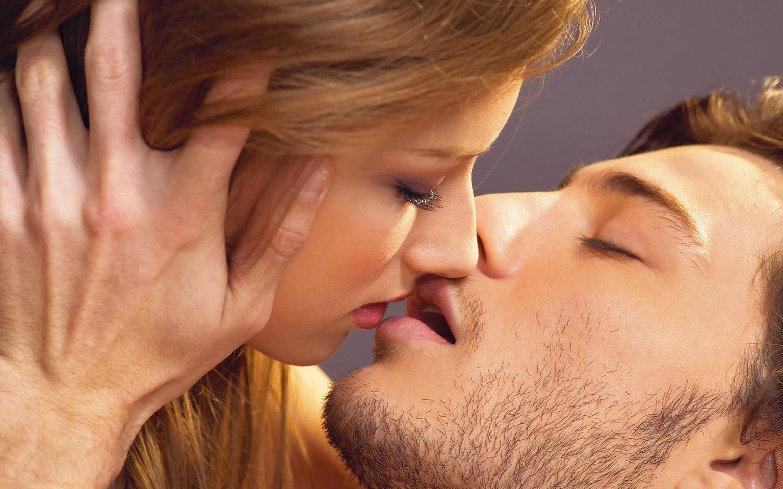 стоит мужчина поцеловал мужчину видео аналом любят