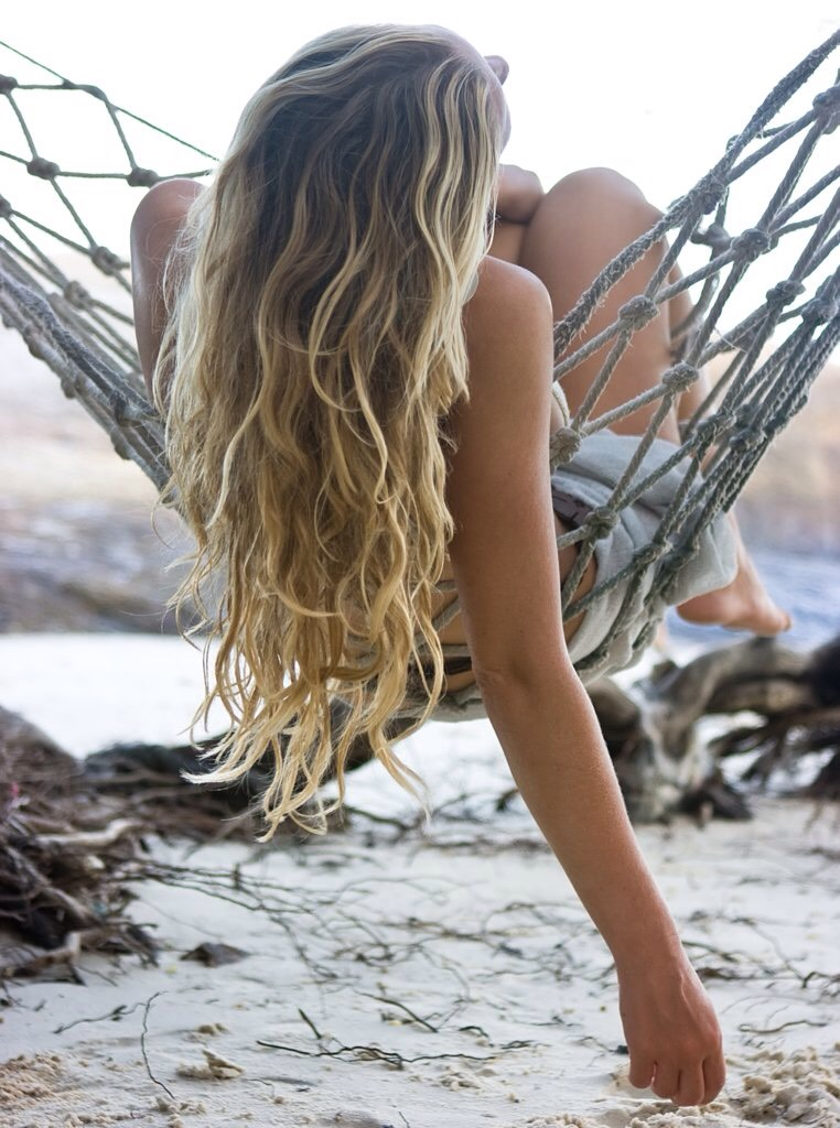 The natural beachy waves look is a gorgeous hair style for an everyday look! Sea salt texturizing hair spray can be found in stores to achieve this look but why go out and spend money when you can make some yourself at home? If you want to make your own sea salt hair spray, keep reading!