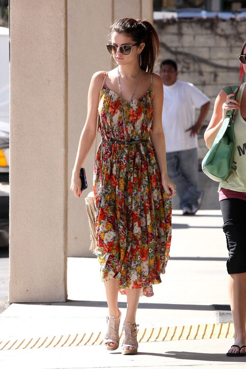 The most flowy floral skirt you can find, plus a skinny belt and nude heels. I JUST WANT IT SO BAD. It's perfect for a family reunion or a fashion market shopping spree! Selena is rocking floral. 💃