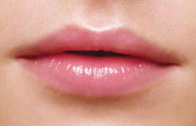 2Wear a moisturizing lip balm everyday. Use a balm with shea or cocoa butter for the best results. Make sure to reapply frequently throughout the day when your lips begin to feel dry (usually about every two hours).Avoid lip balms with fragrances, flavors, or dyes.
