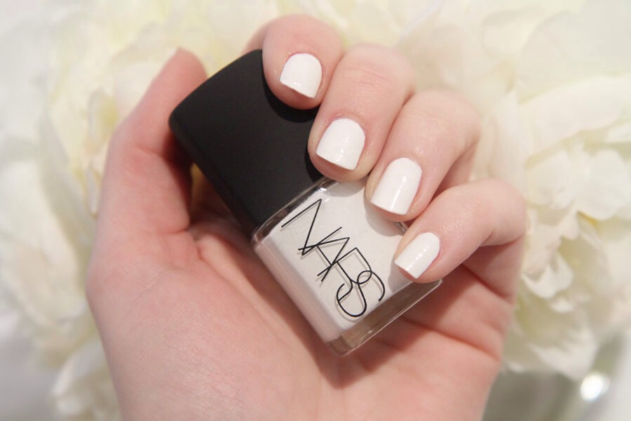 💅 Using WHITE nail polish as a base coat helps to intensify color as well as providing a long lasting manicure! Apply 1 even coat, then add your color (1-2 coats), topped off with a top coat 🎩