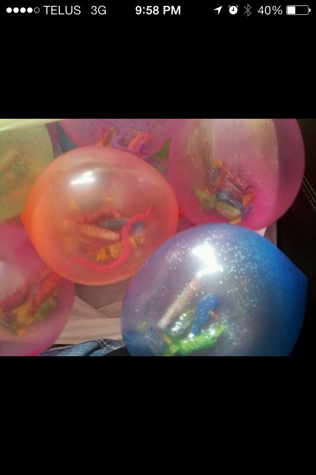 Put candy and little toys in balloons for the kids to pop, and play with👍