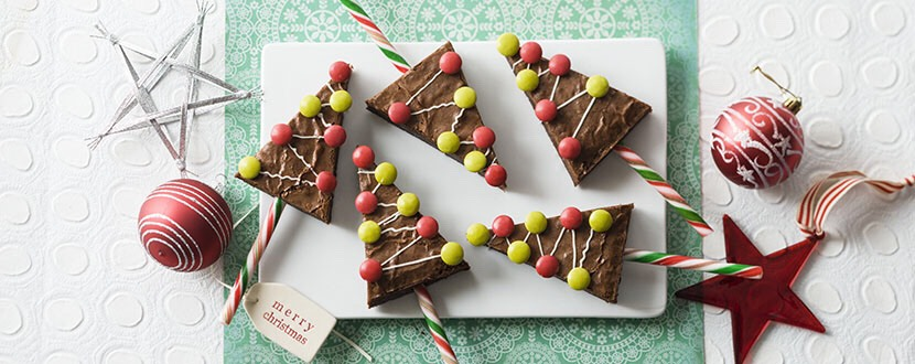 You Will need:  - Kit Kat 🍫 - Melted green chocolate - Melted white chocolate - Candy canes - Sprinkles - Ziploc Bags - Wax paper    For serving :   - Coconut flakes  - Sugar