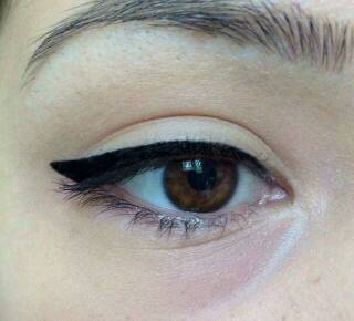 Fill in the eyeliner shape and line the inner half of your eye with a thin line.