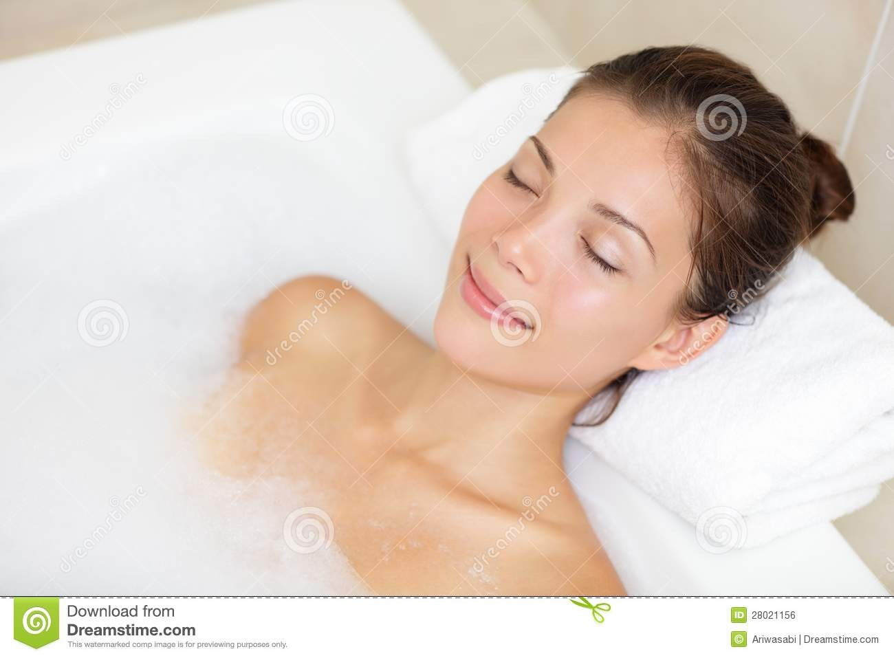 Detox Bath Baking soda also makes a great detox bath. Mix it with equal parts sea salt and add your favorite essential oil (lavender or jasmine are very calming.)