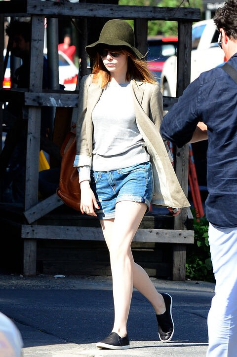 """Grey sweater, denim shorts, blazer. How is she wearing this on a sunny day while still looking on point?? Emma Stone is perfect, but this shows us we can use """"seasonal outfits"""" in any season.👌"""
