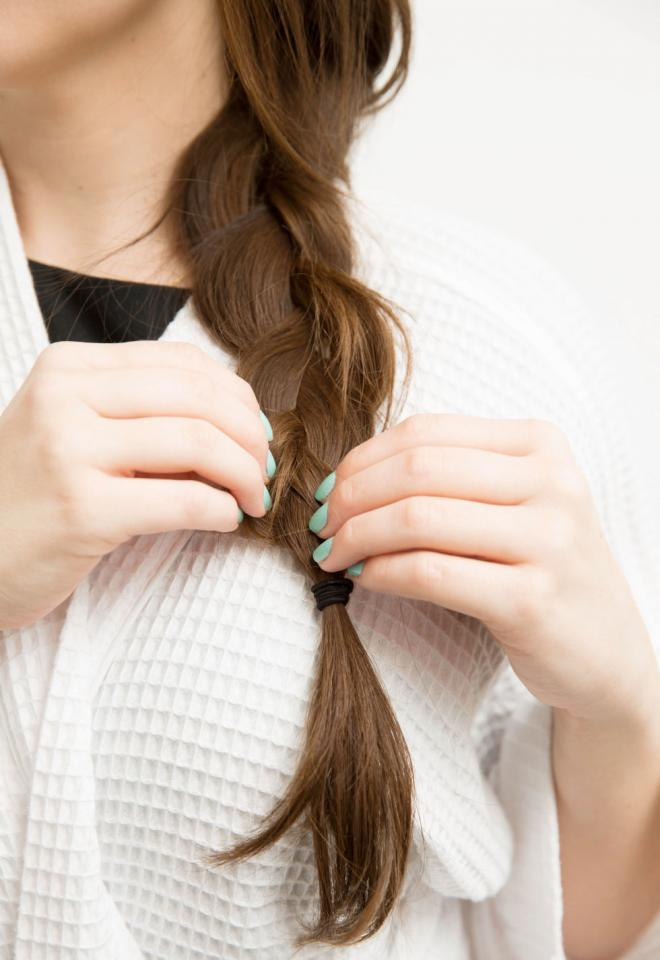 16. If curling your hair takes too much time, tie your hair in a loose, low braid before bed for mermaid waves in the morning. If you have thin hair, don't tie the braid too tight. A loose braid will give you softer, less obvious waves.