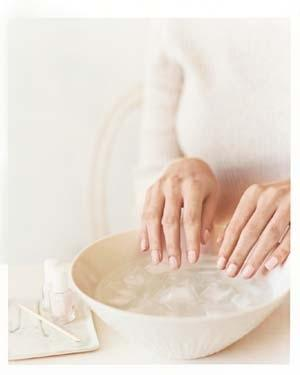 1. Use ice water to dry your nails in three minutes.
