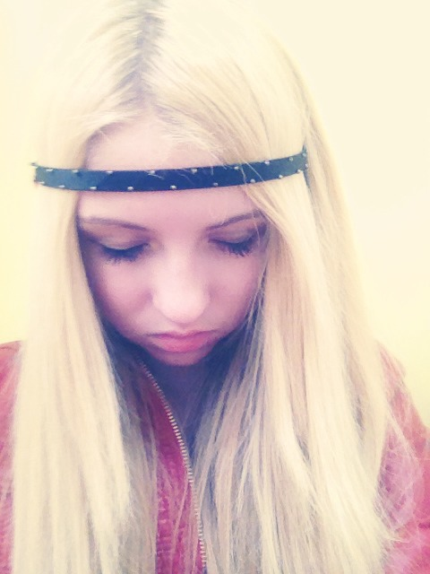 For looser, beachy waves, take a headband and place on you hippie-style. 💜