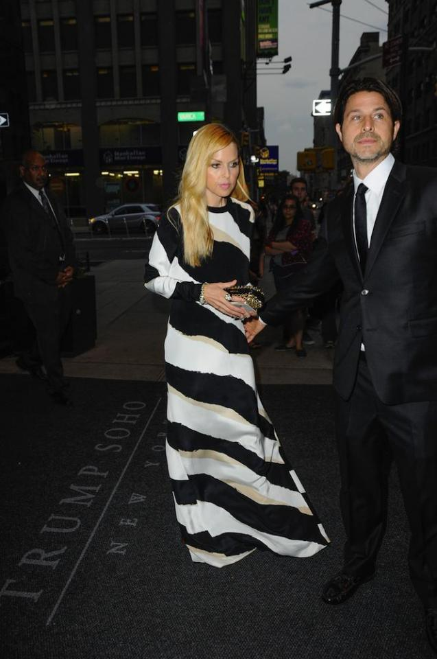 Maxi Dresses Work at Any Height  Rachel Zoe is on the petite side and has been spotted in more maxi dresses than we can count. In a 2011 interview with ABC News on style for moms-to-be, Zoe recommended column-style maxis as they're effortlessly chic and can easily be belted.