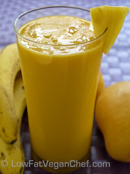 PINEAPPLE MANGO SMOOTHIE: 7-10 chunks frozen mango, 5-7 chunks pineapple, 1 scoop frozen yogurt (I recommend trader joes frozen yogurt), 4 tablespoons orange juice