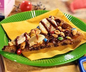 After grilling hot dogs and burgers, make this grilled dessert pizza.