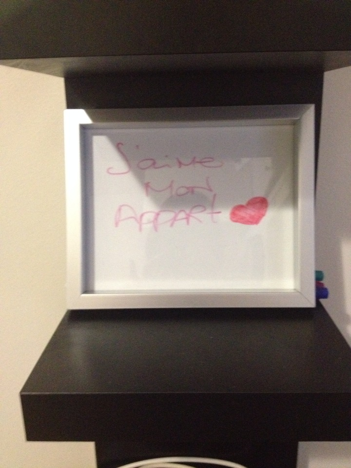 Dollar store frames are a good base for any wall art! White paper under de glass, got yourself a dry erase board! To leave notes to your lover or juste a grocery list no reason not to do it in style!