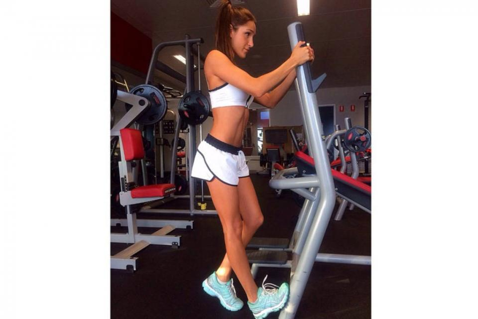 Kayla Itsines @kayla_itsines Kayla is a bikni body trainer & has abs to inspire.