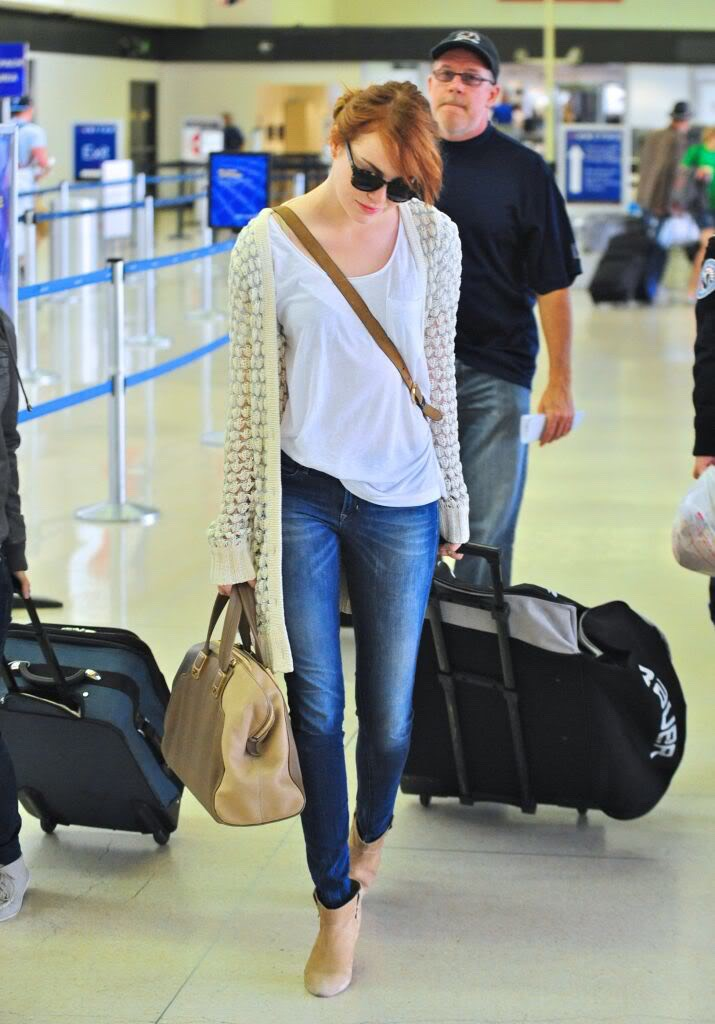 Loose white shirt, skinny jeans, long cream coloured cardigan and matching nude pumps... Emma Stone is making casual look easy. Wear this to a nice brunch! 🍝