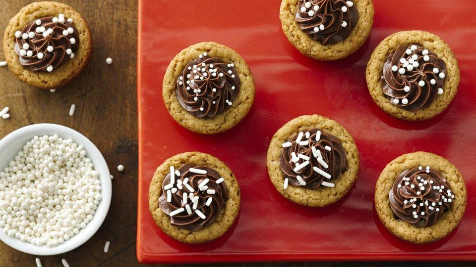 Surprise and delight all with frosted cookie cups featuring a secret indulgent candy centre.