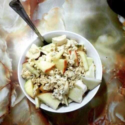 🍎- Fruit oats You will need: Fruit (Apple), oats, milk, bowl, syrup (optional) Method: Pour oats in the bowl and add milk, put it in the fridge overnight. In the morning take it out and drizzle a tiny bit of syrup on the top for flavor. Add on top fruit and you're done!
