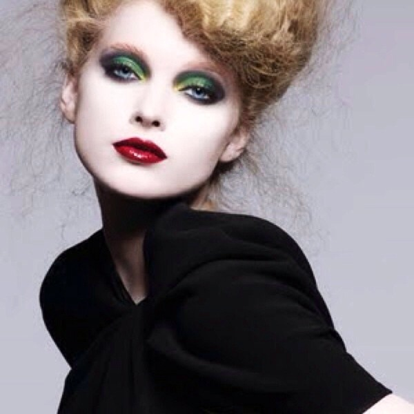 6. Darker greens. If you have light green eyes, framing them in darker green or allowing some dark green eyeshadow is great!