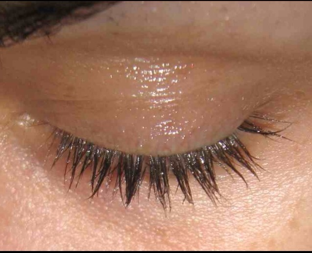 1. Put a coat on your eyelashes before you go to bed. Lots of people swear by this – and say it will make your lashes grow longer and thicker over time.🙌