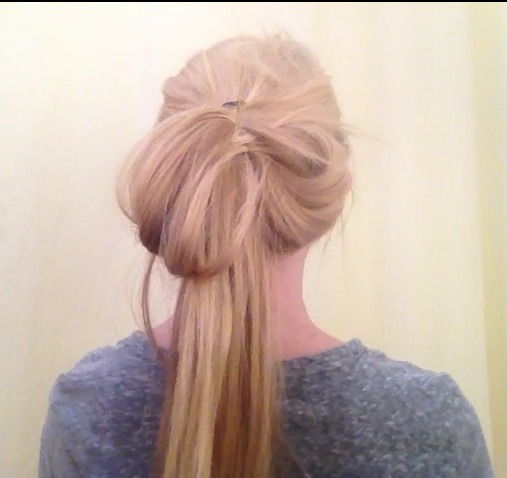 ✨Then, do the same with the bottom strand of hair, taking it up and towards the center✨