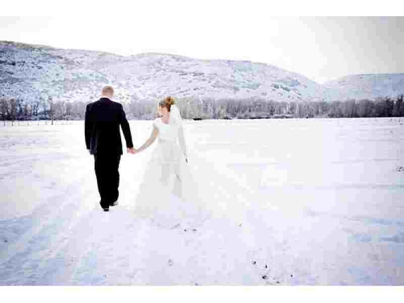 Winter wedding have such a wide range of photo-ops (and they make everything come together)