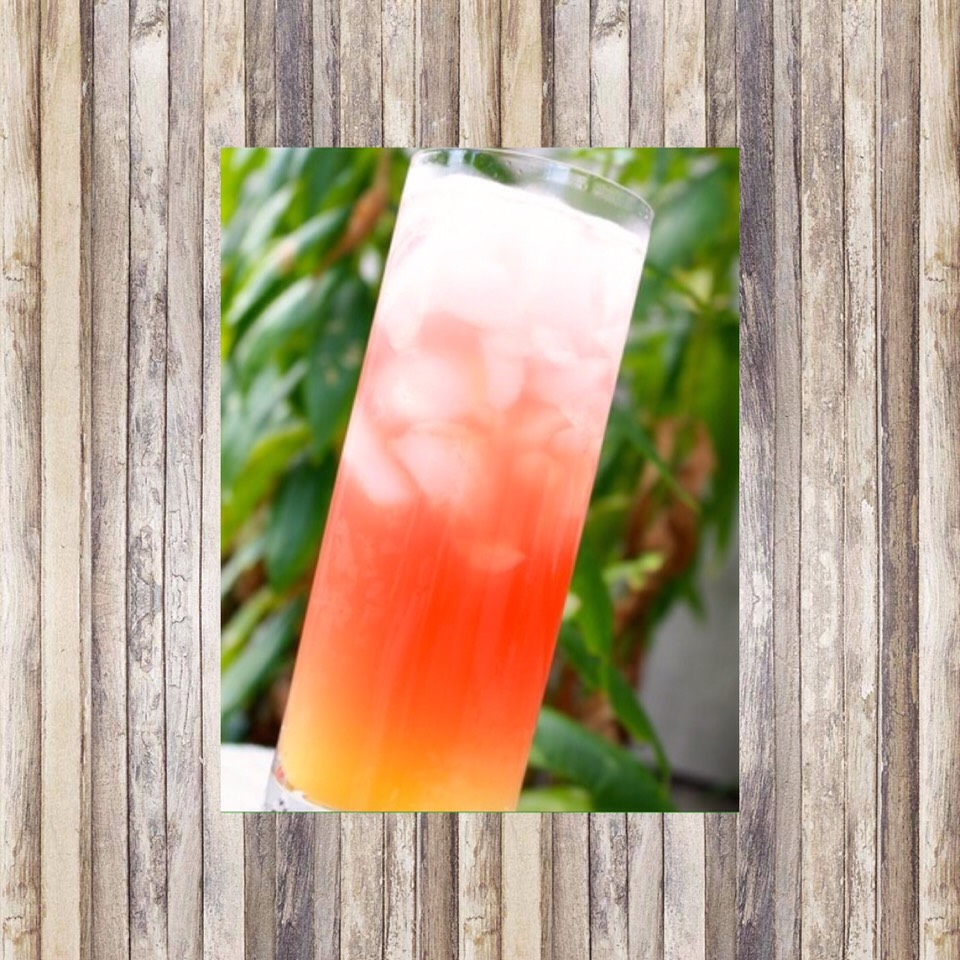Sea Breeze🍸 2 ounces cranberry juice  2 ounces grapefruit juice  1 ounce of vodka  4-7 ice cubes