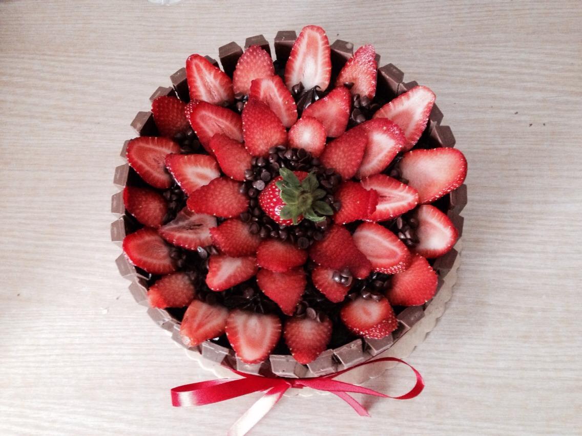 •plain round choco cake from red ribbon (cake store) •strawberries (5-8 pcs) •hershey's chocolate •15pcs by 2's kit-kat