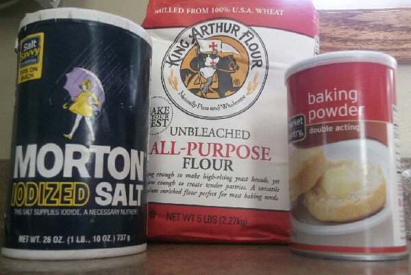 Combine 1 and 3/4 cup of flour, 3/4 teaspoon baking soda, and 3/4 teaspoon salt in a bowl. Pour mixture into a large mason jar.