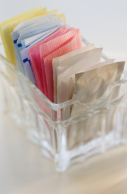 Artificial Sweetener Regular sugar promotes inflammation, but artificial sweetener can be just as bad, if not worse, when it comes to making you look puffy. Artificial sweeteners contain aspartame, which is an artificial sweetener associated with joint pain, and it can also make you crave more sugar