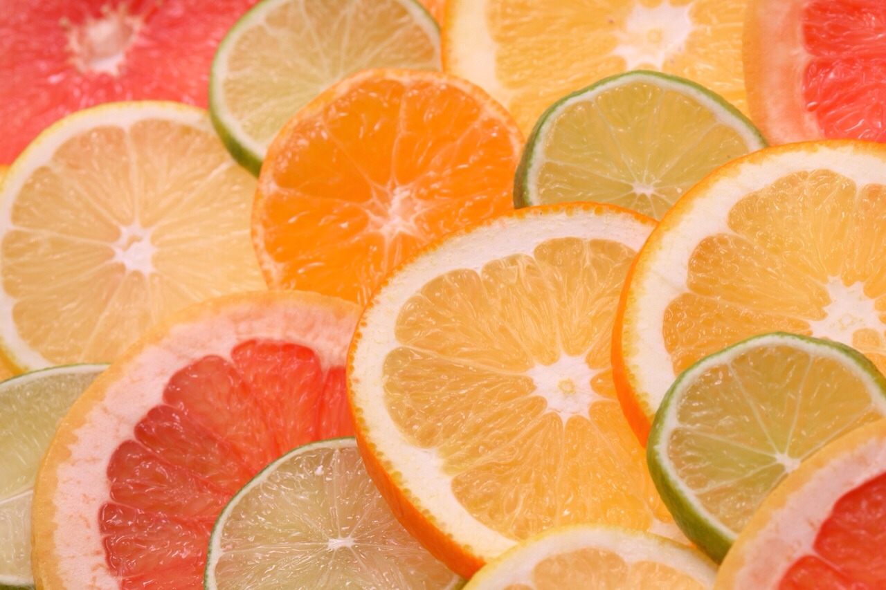Cut the pink grapefruit and orange in half. Squeeze out the juices into a cup.