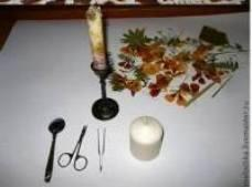 1.The needed supplies:  -Scissors;  -Plain White Candles;  -Dried Flowers;  -Spoon;  -Tweezers;