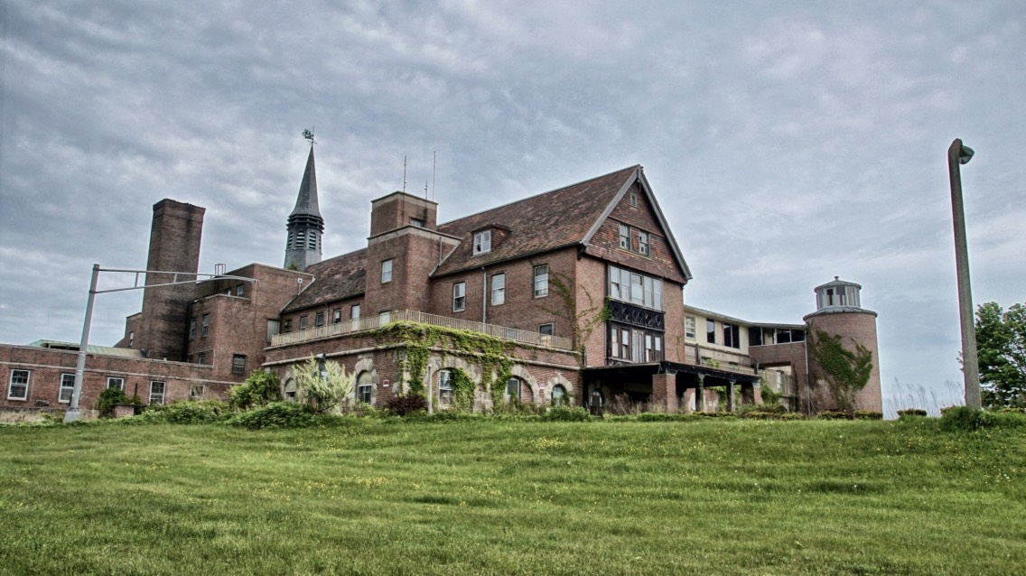 7.) Seaside Sanatorium, Connecticut  Built in 1934, this property has been home to several different medical facilities, including most notoriously a mental institution. The asylum had a high suicide rate, and abuse, which probably explains the voices and apparitions reported here