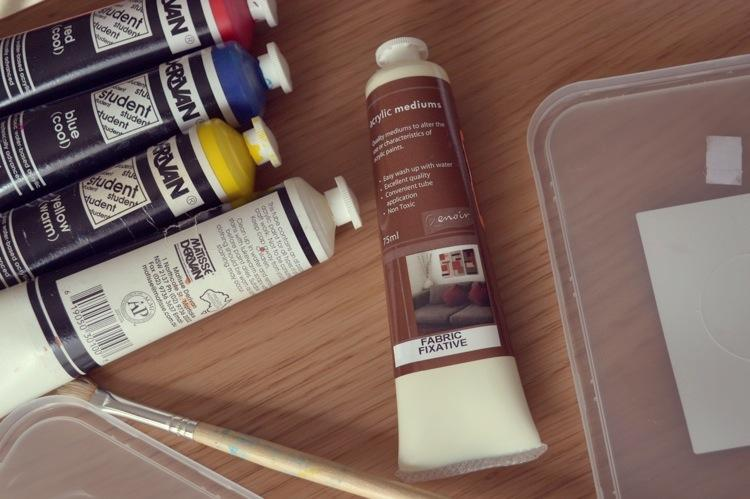 Whip out your trusty old paint tubes and decide on your colour combinations. I'm using plastic take away container lids as my mixing palette.