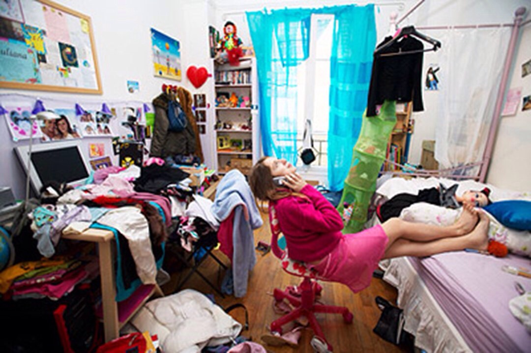 First you'll start off with your very messy bedroom, And a little extra tip add some music🎧🎵🎼🎤
