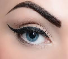 1. Groomed Eyebrows The first makeup tip for small eyes is all about groomed eyebrows. Truthfully girls, you've got to keep your eyebrows up and groomed beautifully to make sure that your eyes stand out and look larger!