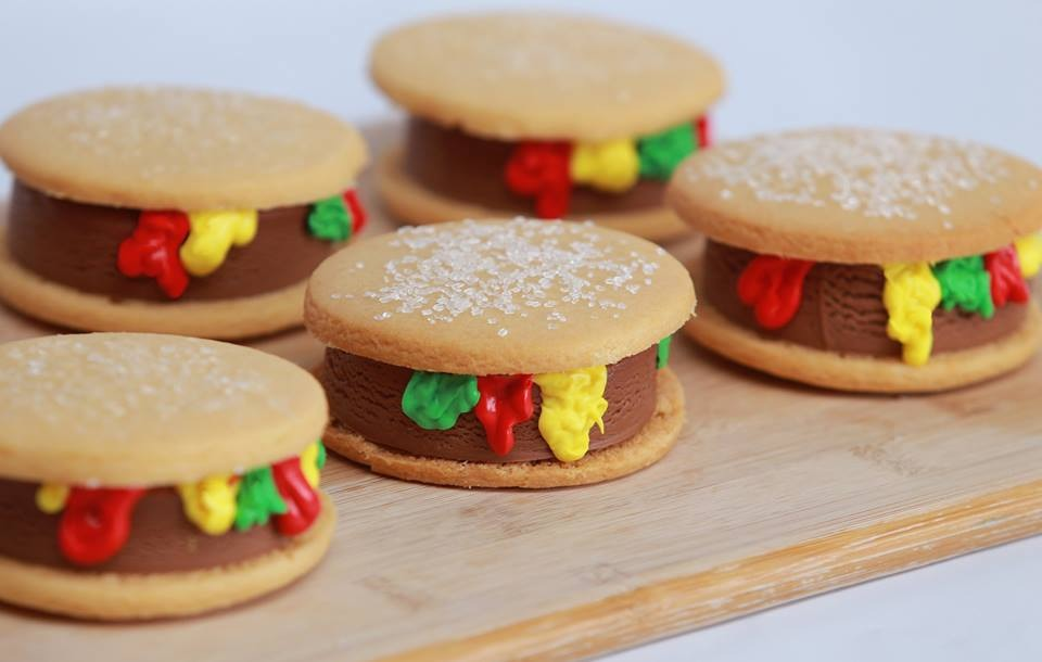 These cheeseburger ice cream sandwiches are great for this summer. Not to mention yummy!!🍔🍔