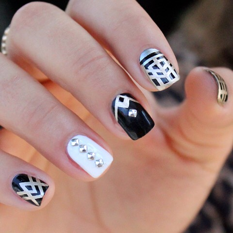 This is a super chìc look! Classic black and white! It makes it look so prefect, contrast of colors with strip! So originally pretty! A touch of silver makes it POP!