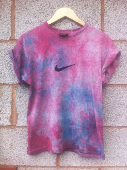 6. Muted Watercolor Effect Soak shirt in water for a few seconds, then squeeze it out and lay it on a flat surface. Spray/drizzle the color in various spots making sure that the dye is runny. Spritz it with more water so that the colors bleed together. Ta-da!