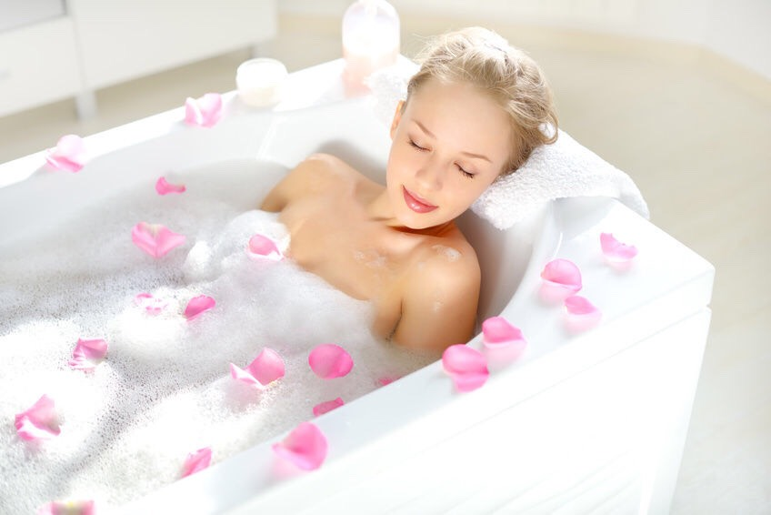 SOOTHE ITCHY SKIN Pour one cup of apple cider vinegar in your bath water to let the anti-inflammatory properties soothe itchy skin caused by eczema or psoriasis.
