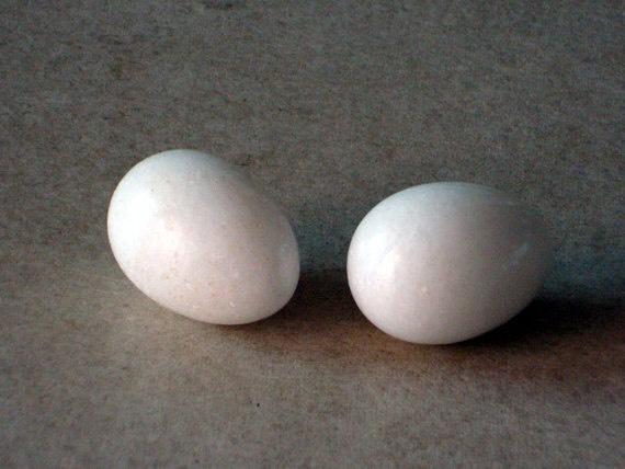 2 white eggs