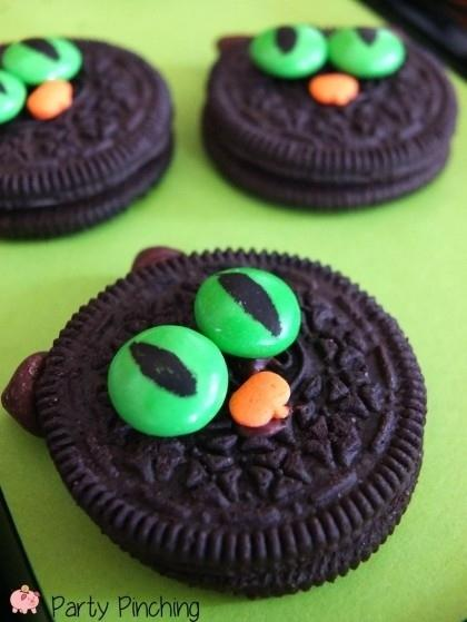 20. Easy No-Bake Cat Cookies  You need: Oreos, green M&Ms, pumpkin sprinkles, edible marker, and chocolate chips.