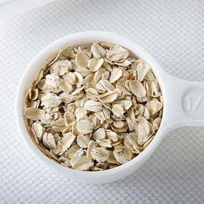 Try this: If you're using regular oatmeal, grind it into a fine powder, Put a cup of oats through a food processor until they dissolve easily into a glass of water. Pour the solution into a bathtub full of warm water and soak for 15 minutes.