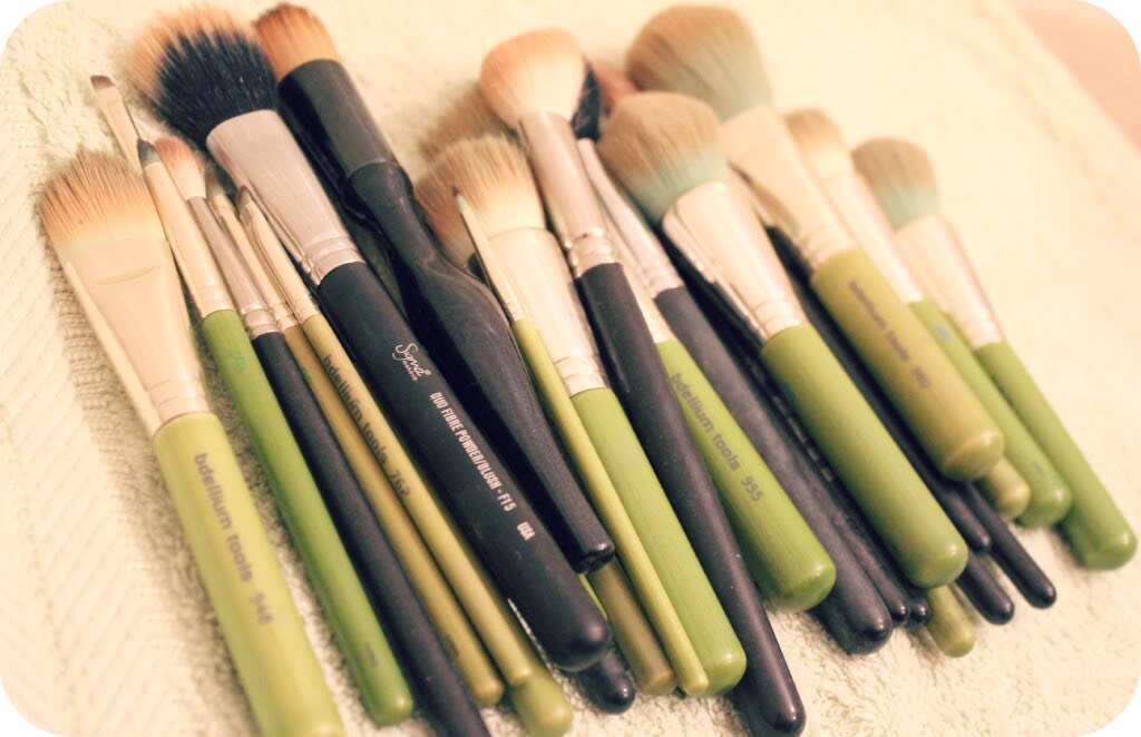 Easy way to clean makeup brushes without any harmful chemicals & costly lotions!
