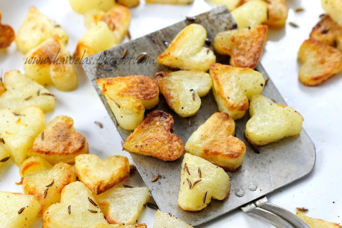 Combine all the ingredients for the marinade : olive oil, salt, caraway seed, pepper, paprika. Pour marinade over potatoes, stir and let sit for 5 minutes. Spread marinaded potatoes evenly onto the baking sheet.