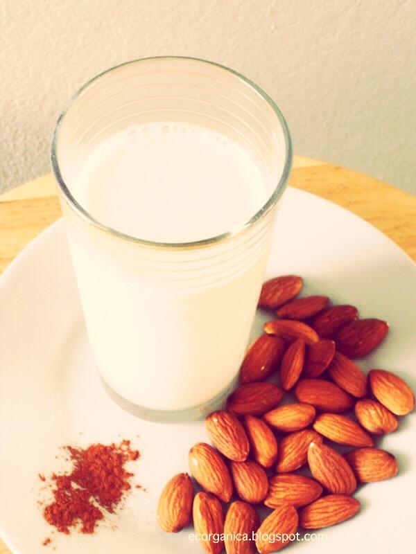 Valores nutricionales de la leche de almendras Hidratos de carbono: 62 g. Proteínas: 12 g. Grasas: 10,5 g. Fibra dietética: 4,5 g. Vitaminas: A (210 U.I.), E (15 mg), vitamina B2 (152 µg)  y B1 (55 µg). Minerales: fósforo 220 mg, calcio 200 mg, potasio 200 mg, sodio 35 mg y  hierro 5 mg.