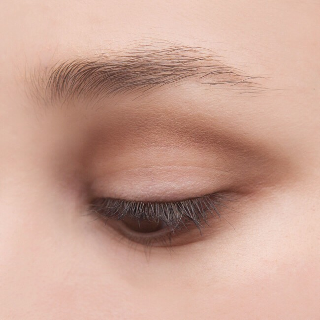 Apply brown eyeshadow all over the lids. And lightly blend.