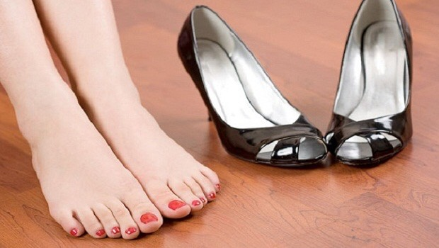 STOP SMELLY FEET Vinegar is an antifungal that will help mask the smell of stinky feet. Mix one cup of ACV in about four cups of water for a DIYfoot soak. After a 15-minute dunk, you'll no longer have smelly toes.